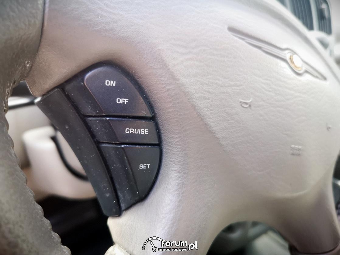 Chrysler Grand Voyager 3.3 LIMITED, przyciski od tempomatu na kierownicy z lewej strony