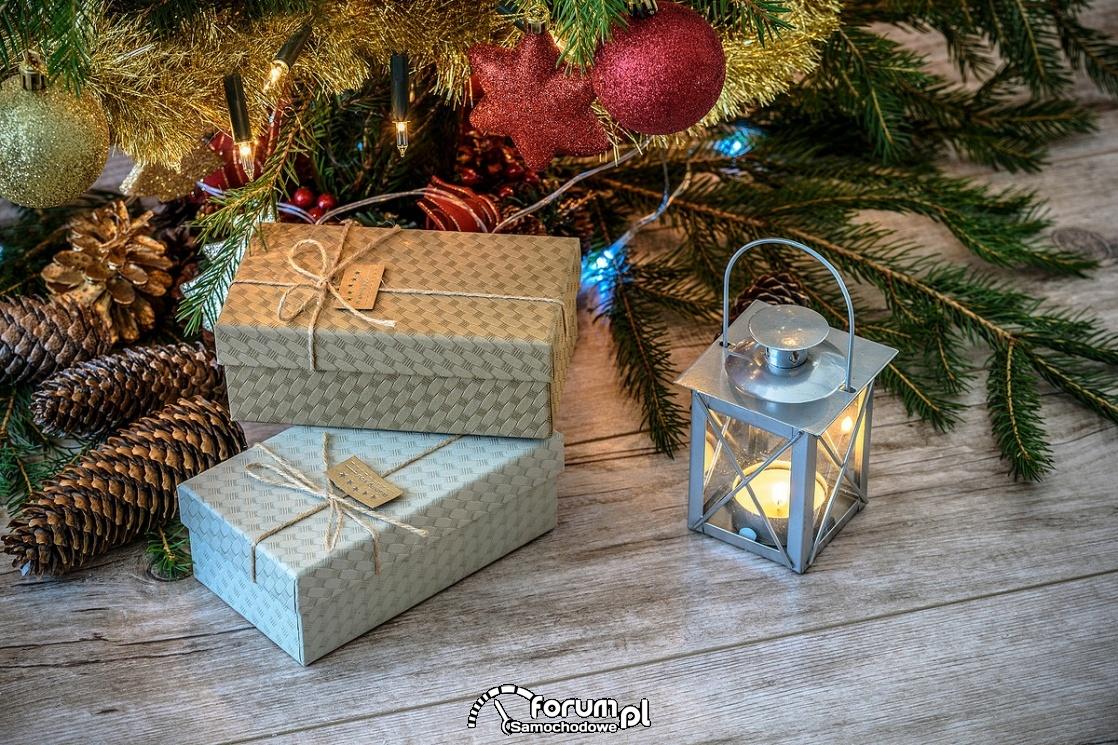 Prezenty pod choinką - kartka świąteczna