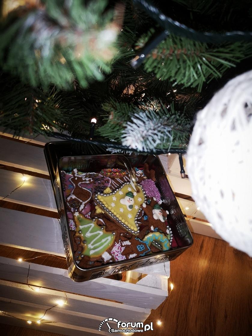 Świąteczne pierniki pod choinką