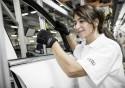 Montaż listew w Audi w rękawicach
