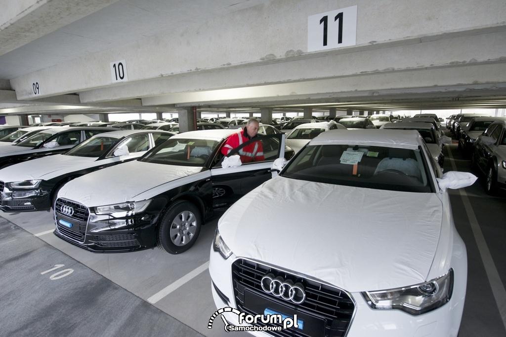 Samochody Audi na parkingu wielopoziomowym
