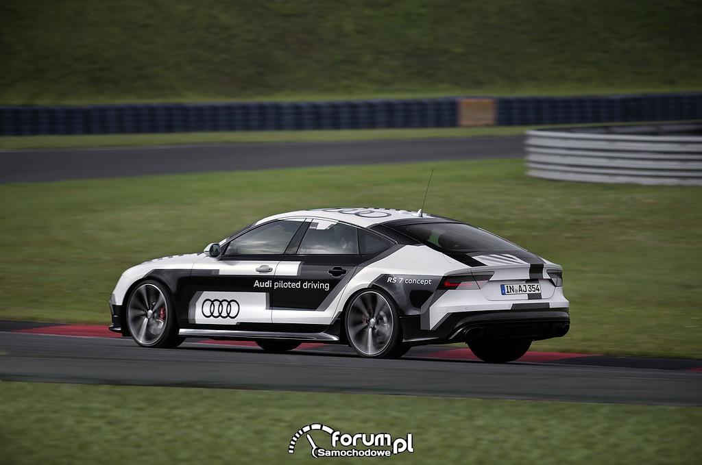 Sportowe auto z systemem zdalnego prowadzenia