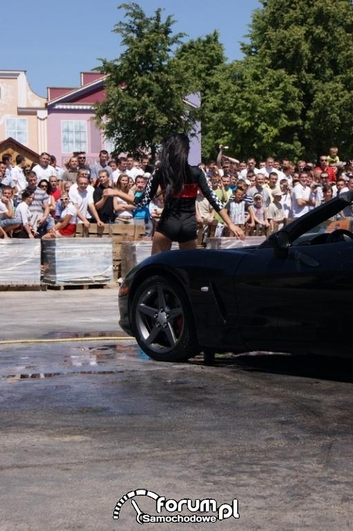 Dziewczyny myją samochód