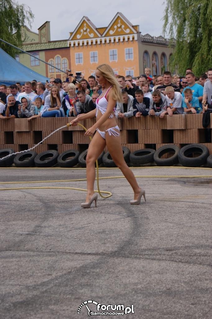 Dziwewczyny w bikini - Auto Moto Show