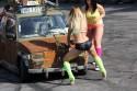 Dziewczyny myją Fiata 126p w bikini