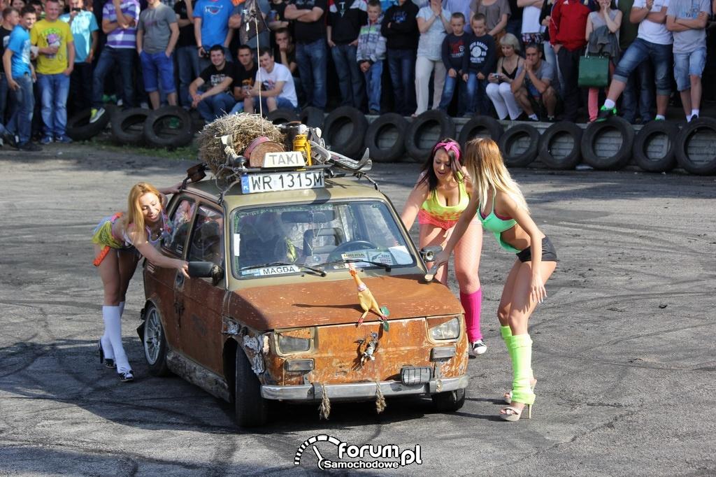 Dziewczyny myją samochód w bikini, Fiat 126p