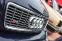 Logo Audi S4 na przednim grillu