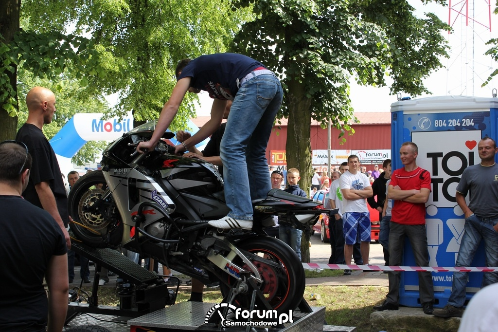 Symulator jazdy na jednym kole na motorze