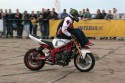 Stunt motocyklowy, jazda z nogami na kierownicy siedząc na baku