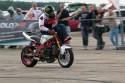 Stunt motocyklowy, jazda z nogami na kierowniku