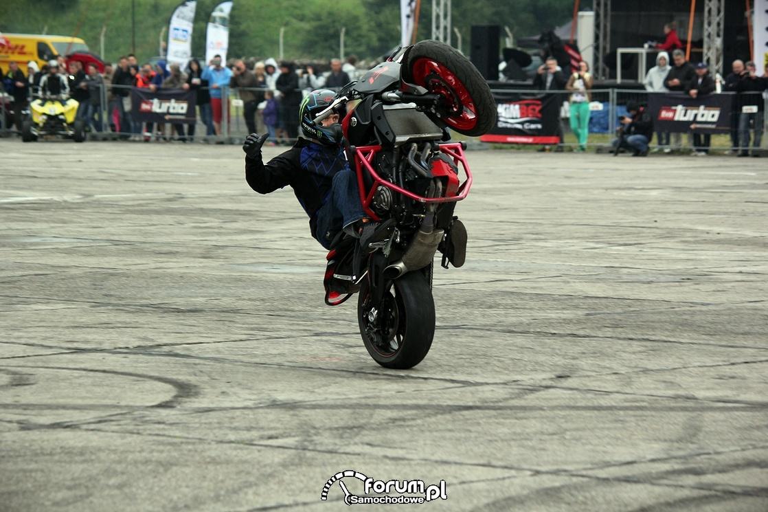 Stunt, jazda na tylnim kole bez trzymanki