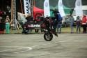 Stunt motocyklowy, jazda na stojąco na jednym kole