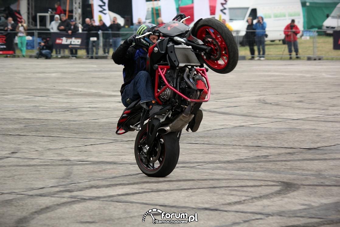 Stunt motocyklowy, jazda na tylnym kole