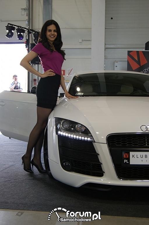 Audi TT (2011-2014) Kahn Design z grillem bez logo i przeszczepionym wyżej, hostessy, dziewczyny