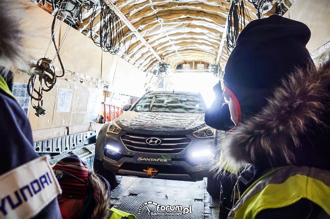Hyundai Santa Fe w samolocie
