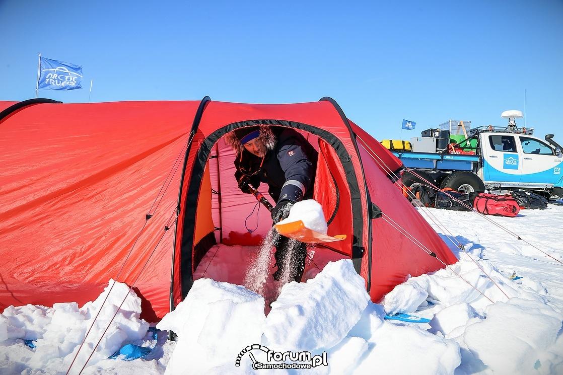 Poranne odkopywanie śniegu