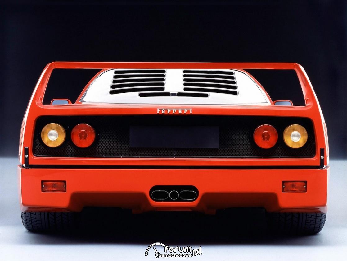 Ferrari F40 - trzy centralnie umieszczone końcówki wydechu
