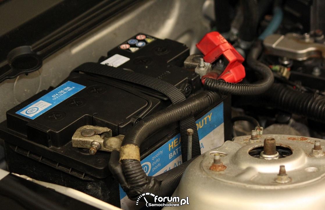 Akumulator, samochód, prawa strona pod maską