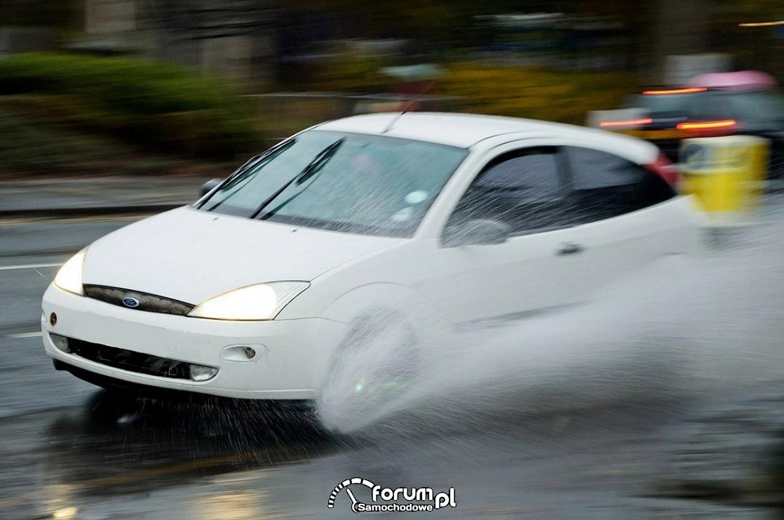 Aquaplaning, samochód, deszcz