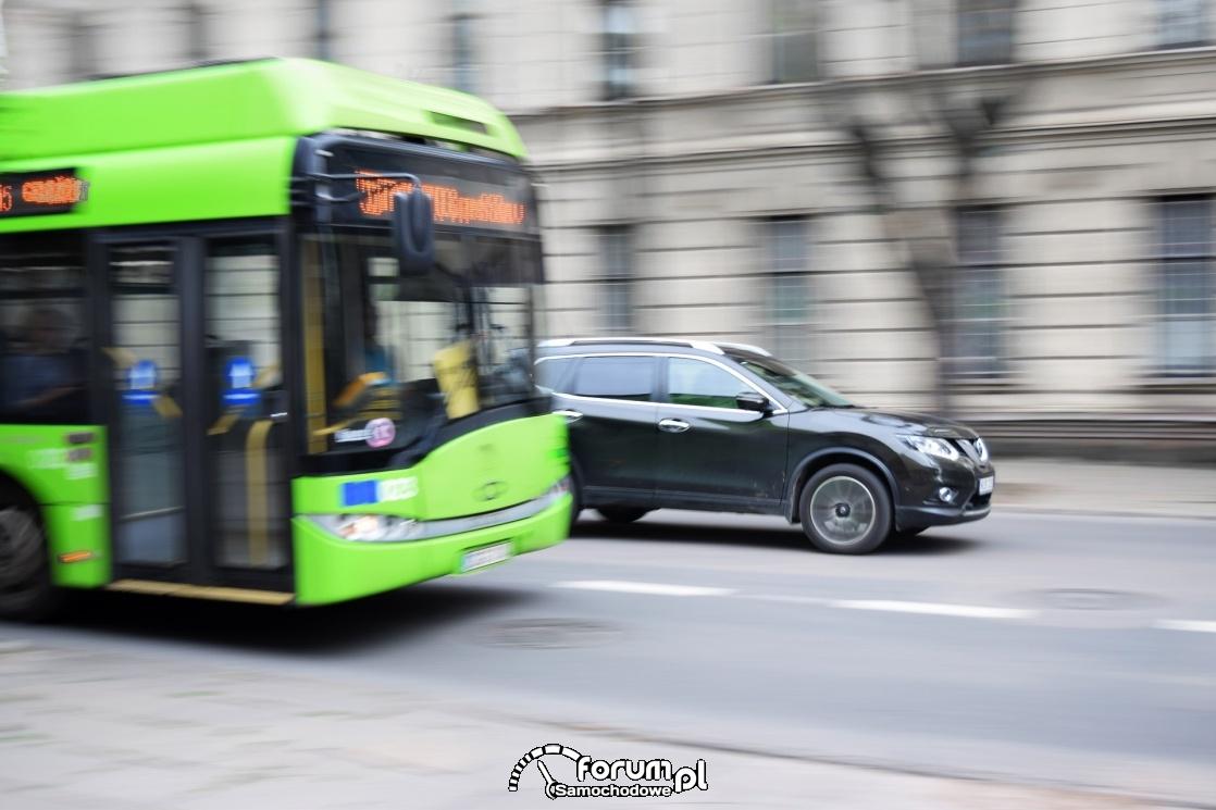 Spotkanie z autobusem lub tramwajem - jak się zachować na drodze?