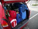 Bagażnik samochodu zapakowany bagażami