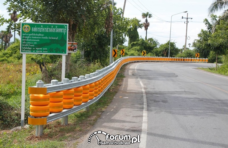 Bariery ochronne z obrotowych beczek na drodze