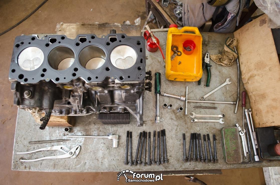 Blok silnika, tłoki, części