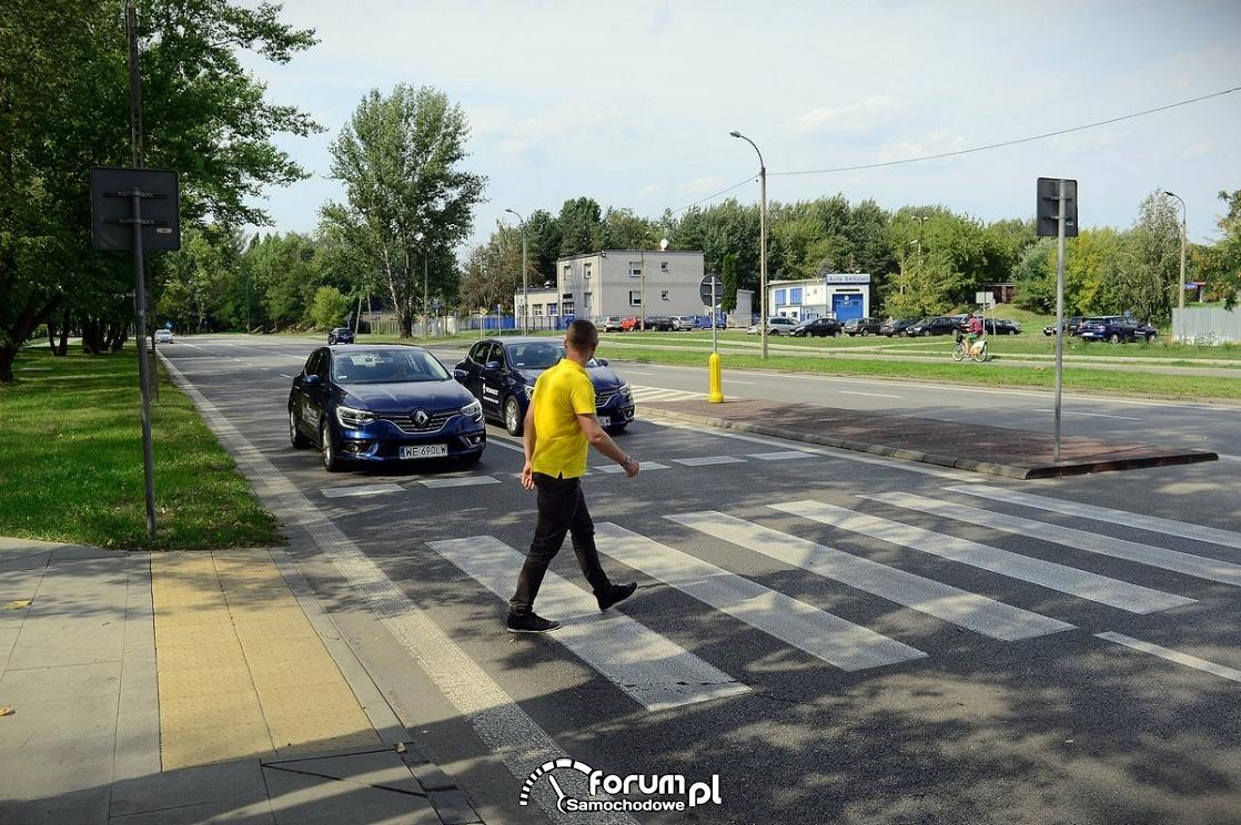 Człowiek na przejściu dla pieszych