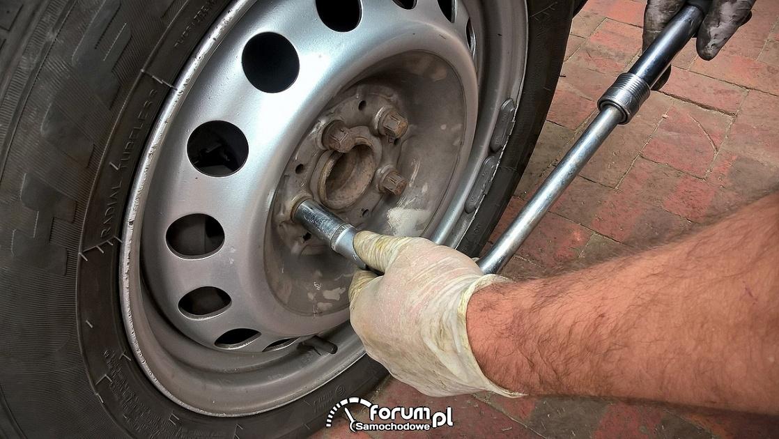 Dokręcanie, odkręcanie śrub przy kole samochodowym