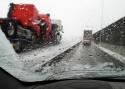 Droga, padający, marznący śnieg, zima