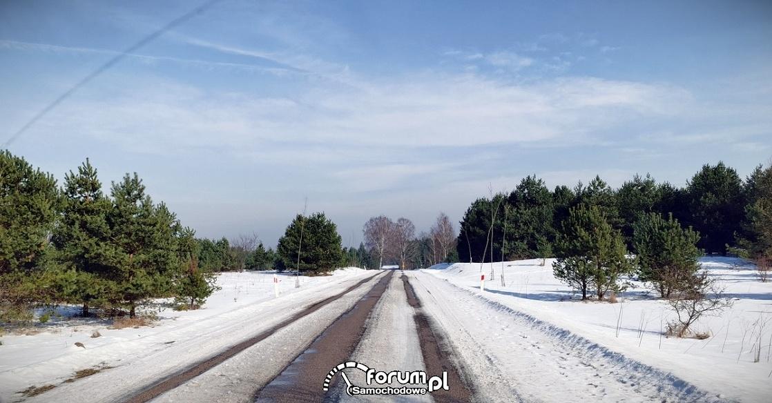Droga w śniegu, słońce, zima