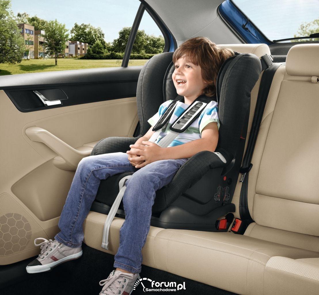 Dziecko w foteliku na tylnym siedzeniu