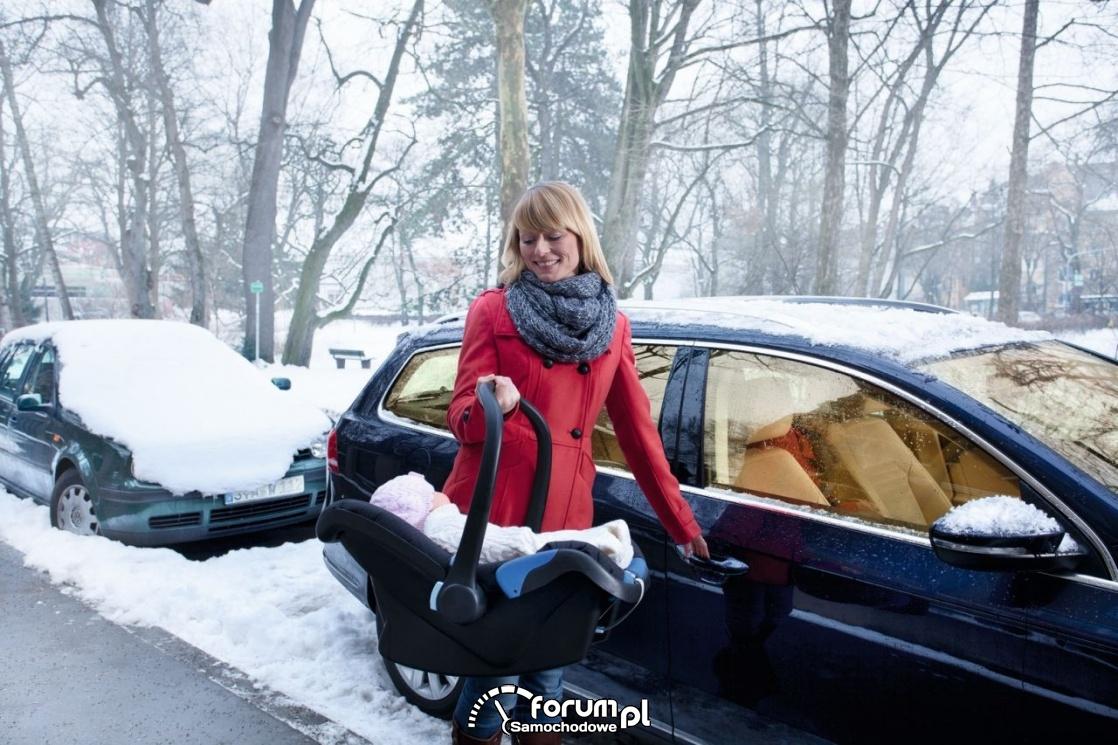 Dziecko w nosidełku, samochód, zima