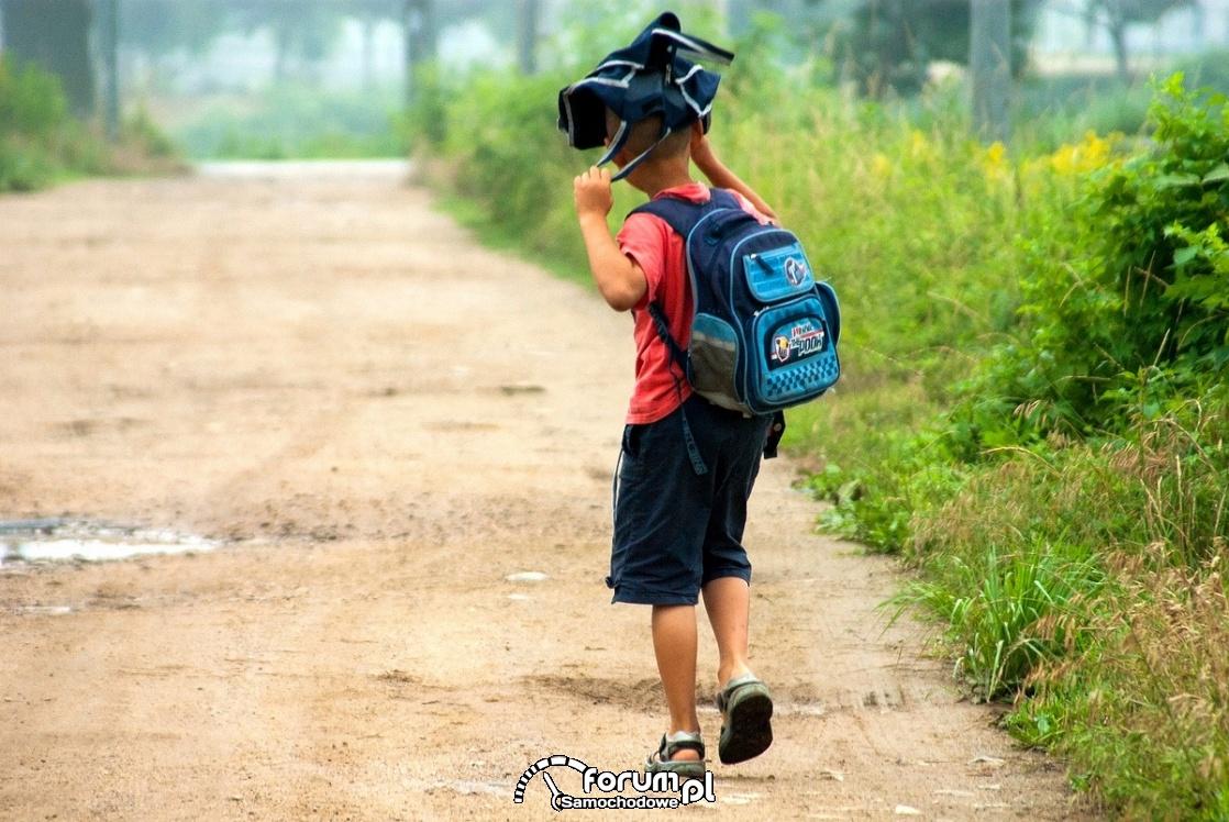 Dziecko wracające ze szkoły