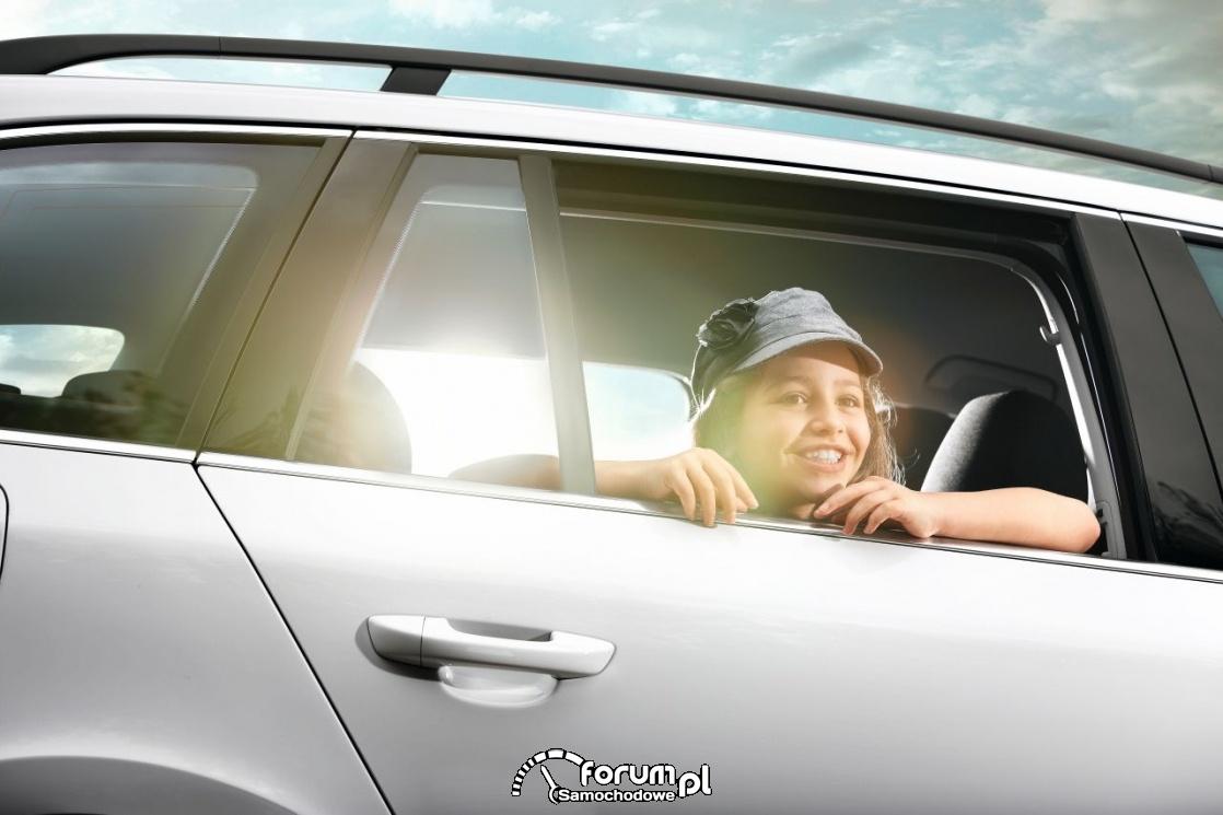 Dziecko wyglądające przez szybę samochodzie