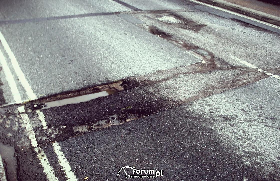 Dziura na prawym pasie drogi