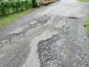 Dziurawa droga asfaltowa