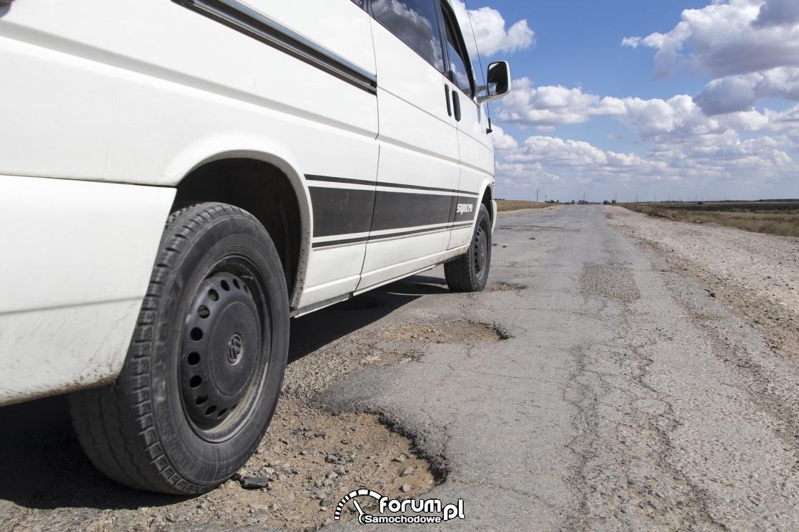 Dziurawa droga, wyrwy w asfalcie