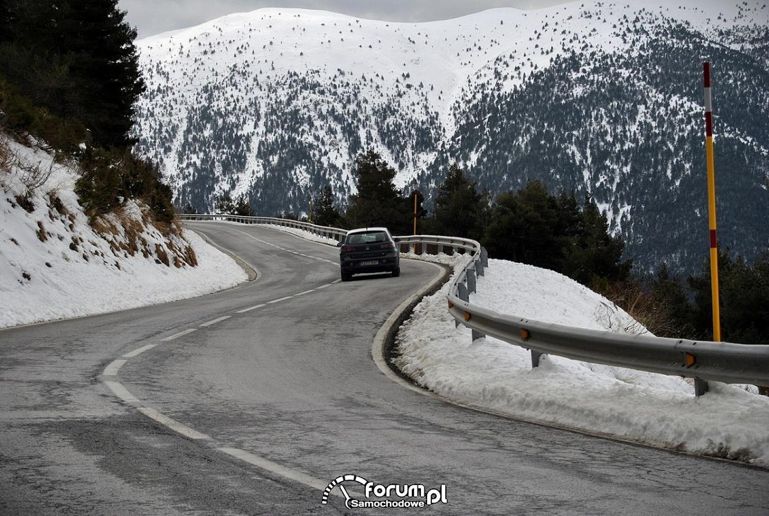 Góry, zima, oblodzona kręta górska droga