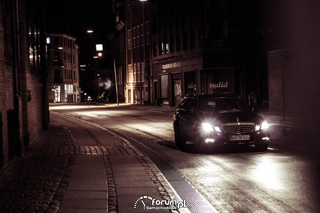 Jazda w nocy przez miasto