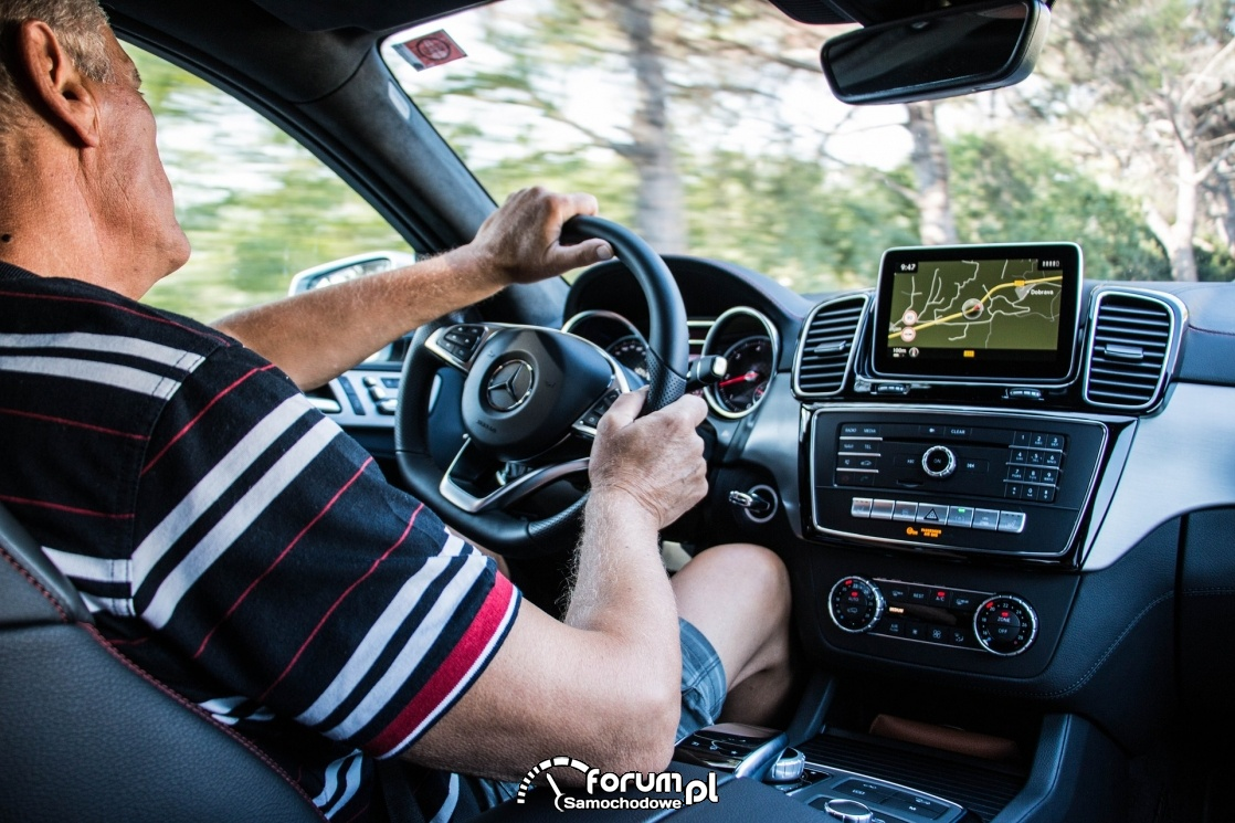 Kierowca podczas jazdy - Mercedes-benz