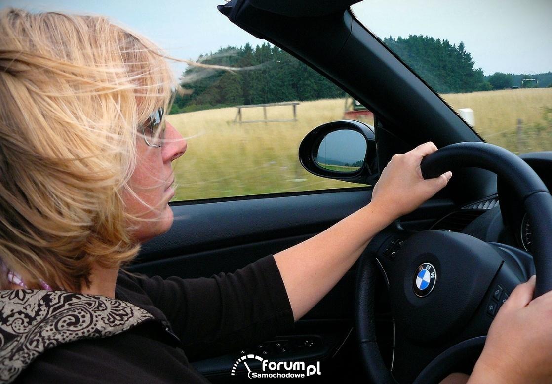 Kobieta za kierownicą, stress na drodze