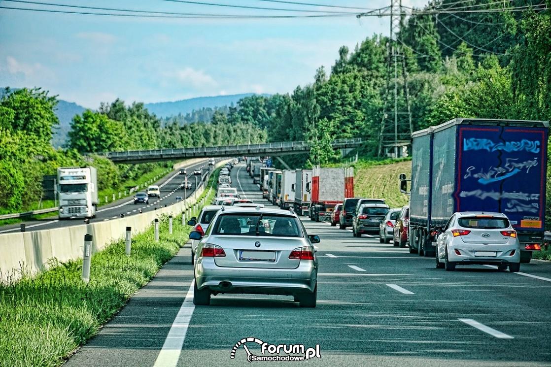 Korytarz życia na autostradzie