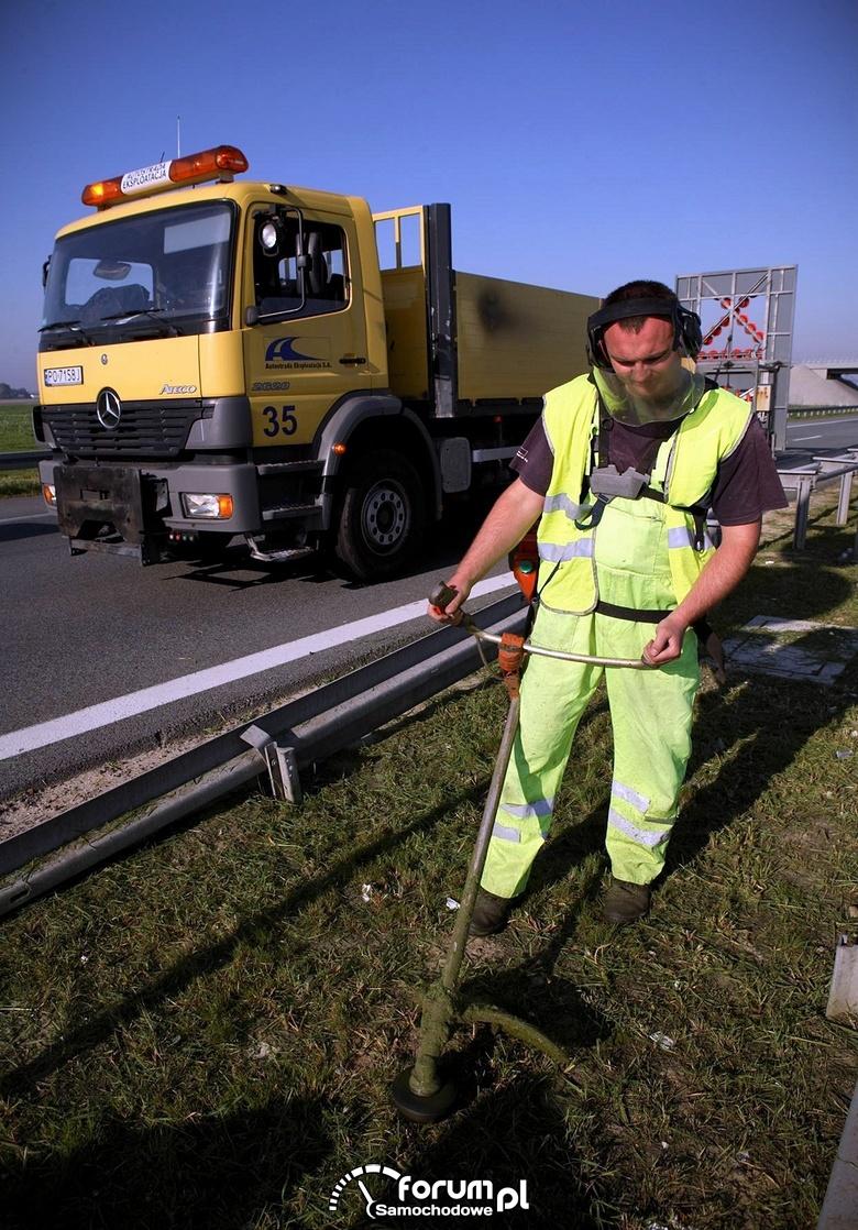 Koszenie trawy na autostradzie