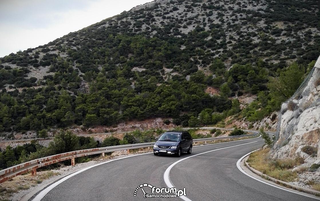 Kręta górska droga wykuta na zboczach skalnych