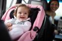 Małe dziecko w foteliku samochodowym