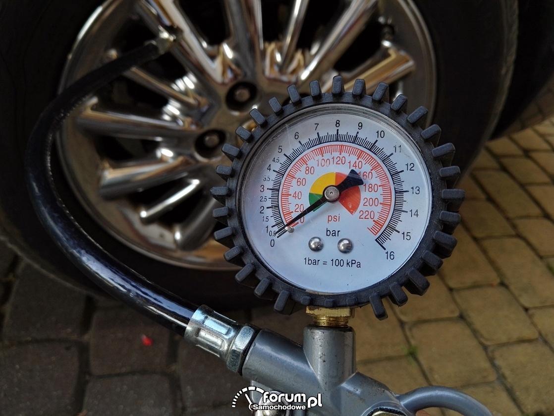 Manometr analogowy do sprawdzania ciśnienia w oponach