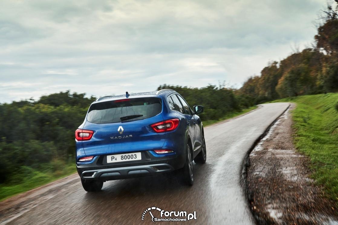 Mokry i śliski asfalt oraz kręta droga