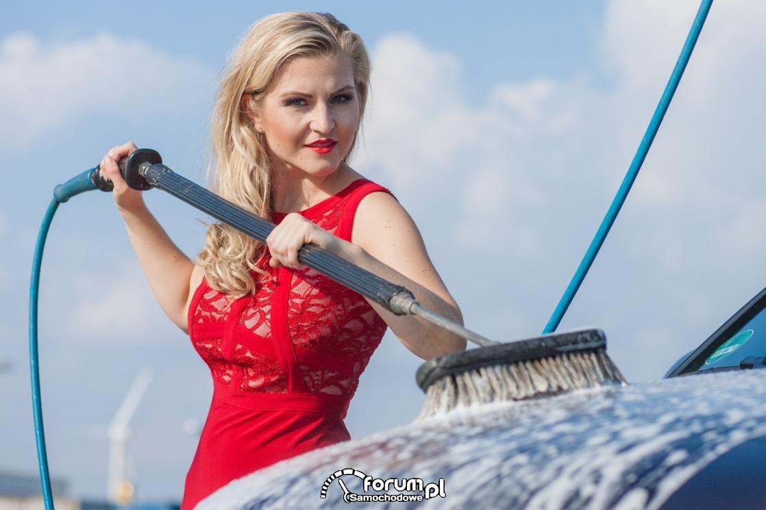 Mycie samochodu na myjni bezdotykowej, Kobieta myje auto
