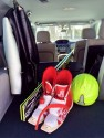 Narty i buty narciarskie w bagażniku